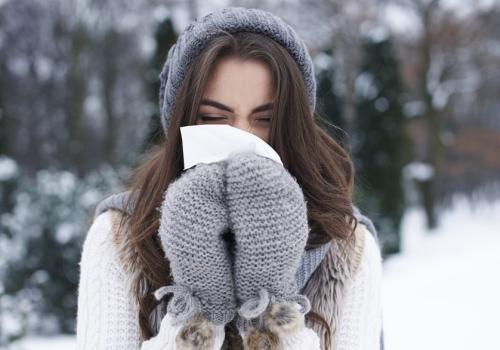 Jeune femme victime d'un rhume